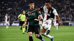 Bek Juventus, Douglas Costa (kanan) berusaha mengontrol bola dari kawalan pemain Bologna, Riccardo Orsolini selama pertandingan lanjutan Liga Serie A Italia di stadion Allianz, Turin (19/10/2019). Juventus menang tipis atas Bologna 2-1. (AFP Photo/Marco Bertorello)