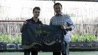 Dani Pedrosa menerima kain batik dari Menteri Pemuda dan Olah Raga Imam Nahrowi di Lapangan Futsal Kuningan Village, Jakarta, Sabtu (13/2/2016). (Bola.com/Nicklas Hanoatubun)