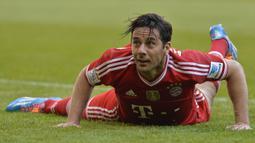 Claudio Pizarro. Striker asal Peru ini memperkuat Bayern Munchen selama 9 musim mulai 2001/2002 hingga 2006/2007 dan 2012/2013 hingga 2014/2015. Gol terakhirnya dicetak di usia 35 tahun 10 bulan dan 14 hari saat melawan Freuben Munster di ajang DFB-Pokal (17/8/2014). (AFP/Guenter Schiffmann)