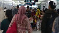 Warga bersiap mencoba menaiki moda raya Terpadu  Mass Rapid Transit  MRT di Stasiun MRT Bundaran HI, Jakarta, Jumat (29/3). Terkait tarif kereta MRT minimum yag telah disepakati adalah Rp.3000 sampai maksimum Rp.14.000 dari Lebak Bulus- Bundaran HI. (merdeka.com/Imam Buhori)
