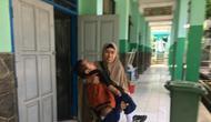 Distrophia Muculor Progresive atau DMP, tak menghalangi semangat belajar Fauzan Akmal Maulana. Remaja 15 tahun ini sudah sejak kecil menderita otot lemah, namun masih setiap hari semangat berangka sekolah dengan digendong sang ibu, Winih (49).