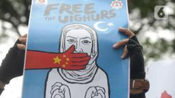 Massa sejumlah ormas Islam membawa poster saat aksi bela Uighur di depan Kedutaan Besar China, kawasan Kuningan, Jakarta, Jumat (27/12.2019). Mereka memprotes dugaan pelanggaran Hak Asasi Manusia (HAM) oleh pemerintah China kepada etnis muslim Uighur di Xinjiang. (Merdeka.com/Imam Buhori)