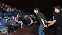 Abimana Aryasatya dan Ge Pamungkas saat mengikuti acara nonton bareng film Negeri Van Oranje di Blok M Square Jakarta. [Foto: Herman Zakharia/Liputan6.com]