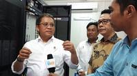 Menkominfo Rudiantara didampingi Bupati Kab Pulau Morotai Benny Laos meninjau NOC Palapa Ring Paket Tengah di Kab Pulau Morotai, Maluku Utara. (Liputan6.com/ Agustin Setyo Wardani).