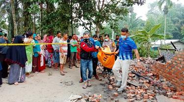 Warga mengevakuasi jasad ibu dan anak tewas dalam kebakaran di Kabupaten Siak.