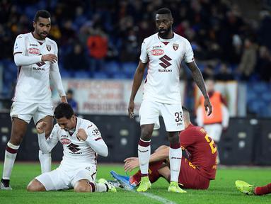 Bek Torino, Izzo Armando, merayakan kemenangan atas AS Roma pada laga Serie A Italia di Stadion Olimpico, Roma, Minggu (5/12). Roma kalah 0-2 dari Torino. (AFP/Filippo Monteforte)