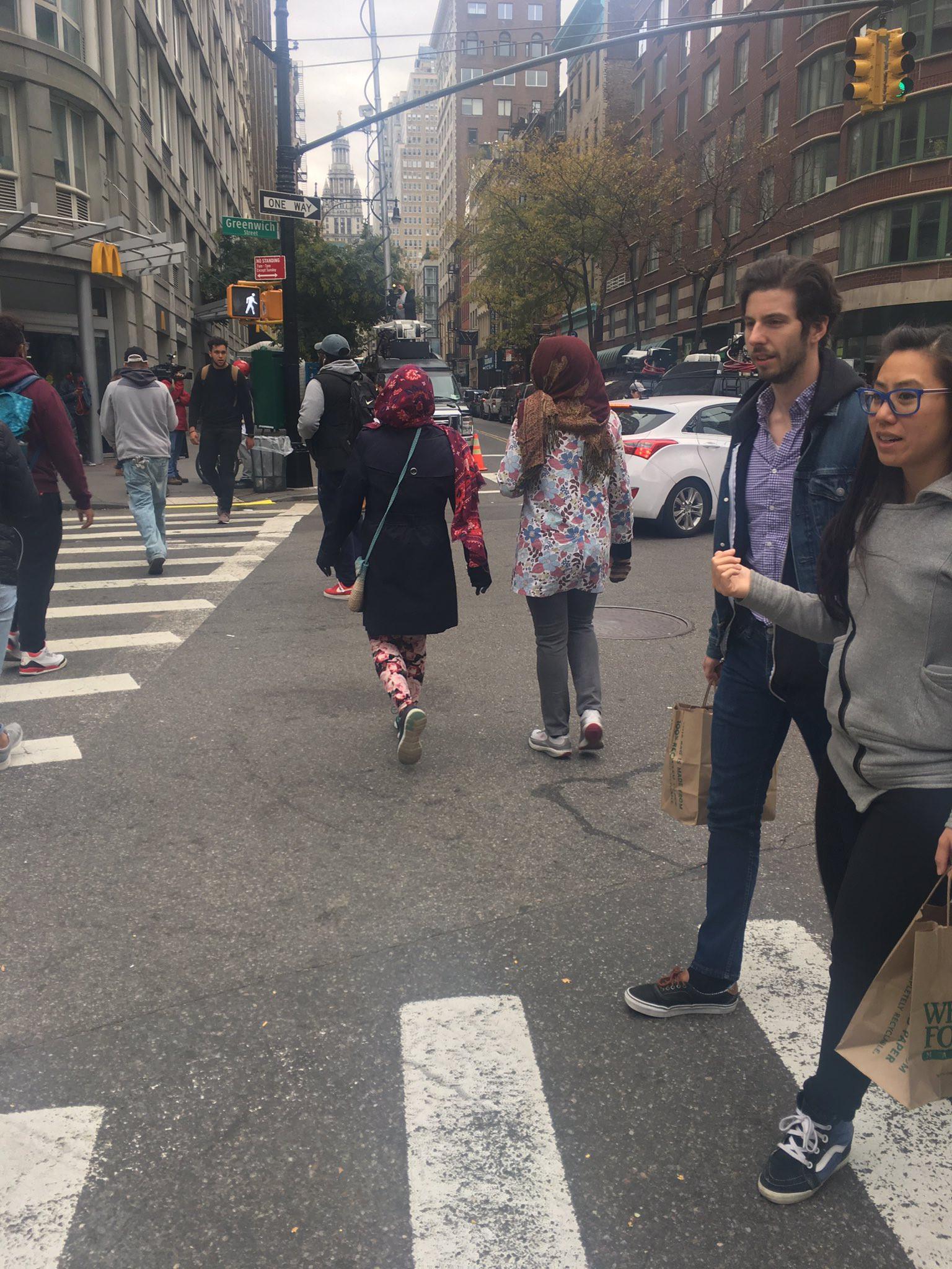 Foto dua wanita berhijab di New York City pasca-teror oleh Laura Loomer. (Twitter - @LauraLoomer)