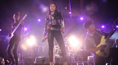 Tiara Anugrah merupakan salah satu kontestan Indonesian Idol 2019 yang berhasil mencuri perhatian juri maupun publik. Berkat suara merdunya saat membawakan lagu Raisa berjudul Could it be Love, membuat dirinya berhasil melanjutkan ke babak Showcase. (Liputan6.com/IG/@tiaraanugrahh)