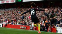 Gelandang Manchester City, Leroy Sane melakukan selebrasi usai mencetak gol ke gawang Arsenal pada lanjutan liga Inggris di stadion Emirates, London, (2/4). Arsenal bermain imbang 2-2 dengan City. (AP Photo/Alastair Grant)