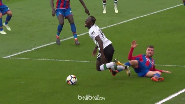 Sadio Mane coba mengelabui wasit saat Liverpool menghadapi Crystal Palace. This video is presented by Ballball.