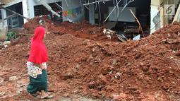 Warga melihat kondisi kelas SDN Bambu Apus 1 usai tertimpa truk pengangkut tanah proyek Tol Cinere-Serpong di Kelurahan Bambu Apus, Kecamatan Pamulang, Tangerang Selatan (14/1). Tidak ada korban jiwa akibat kejadian tersebut. (Merdeka.com/Arie Basuki)