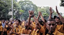 Aksi massa dari kader dan simpatisan Partai Hanura menggeruduk kantor KPU RI di Jakarta, Senin (21/1). Mereka menuntut KPU memasukkan nama Oesman Sapta Odang (OSO) ke daftar calon tetap (DCT) caleg anggota DPD RI 2019. (Liputan6.com/Faizal Fanani)
