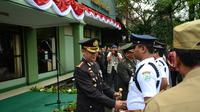 Kapolres Jakarta Barat beri penghargaan kepada Satpam berprestasi di HUT Bhayangkara (Liputan6.com/Muslim AR)