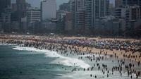 Orang-orang menikmati pantai Ipanema di tengah pandemi virus corona di Rio de Janeiro, Brasil, Minggu (6/9/2020). Warga Brasil pergi ke pantai dan bar pada akhir pekan ini memanfaatkan liburan panjang untuk menikmati kehidupan normal bahkan ketika pandemi COVID -19 merajalela. (AP Photo/Bruna Prado)