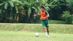 Pemain Persebaya Surabaya, Hansamu Yama, mengontrol bola saat latihan di Lapangan Yogyakarta Independent School, Yogyakarta, Rabu (23/1). Latihan ini merupakan persiapan jelang Liga 1 2020. (Bola.com/Aditya Wany)