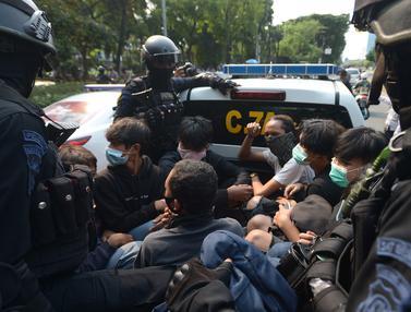 FOTO: Polisi Amankan Puluhan Pelajar di Sekitar Gedung DPR
