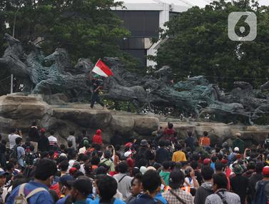 Naiki Patung Kuda, Massa Aksi Kibarkan Bendera Merah Putih