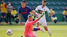 Di menit 16, gawang Elche resmi bergetar setelah tembakan Luis Suarez menjebol gawang Elche. Namun sayang gol itu tidak disahkan terlebih dahulu karena posisi Suarez sudah offside terlebih dahulu. (Foto: AFP/Jose Jordan)