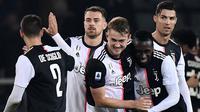 Para pemain Juventus merayakan gol yang dicetak oleh Matthijs de Ligt ke gawang Torino pada laga Serie A Italia di Stadion Olimpico, Turin, Sabtu (2/11). Torino kalah 0-1 dari Juventus. (AFP/Marco Bertorello)
