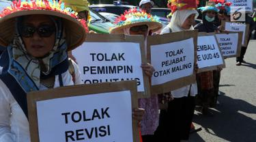Massa membawa poster saat melakukan aksi menolak Revisi UU KPK di depan Gedung DPR/MPR RI, Jakarta, Rabu (11/9/2019). Mereka menyuarakan pro dan kontra terhadap revisi Undang-Undang Nomor 30 Tahun 2002 tentang Komisi Pemberantasan Tindak Pidana Korupsi. (Liputan6.com/Johan Tallo)