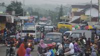 Pasar tumpah menyebabkan antrean kendaraan mengular hingga puluhan kilometer di Banyumas. (Liputan6.com/Muhamad Ridlo)