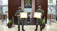 Serka MES Mohammad Sangidun dan Kopda BAH Damianus Luka Hera mendapat penghargaan dari Ketua MPR karena aksi heroiknya dalam membantu nelayan yang terdampak wabah Corona. (Istimewa)