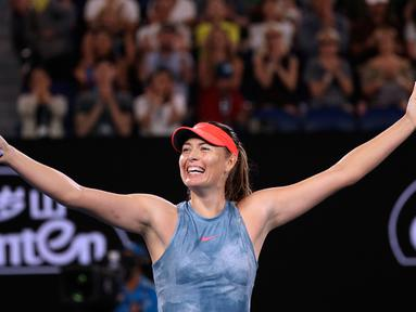 Petenis Rusia, Maria Sharapova berselebrasi usai mengalahkan petenis asal Denmark, Caroline Wozniacki dalam babak ketiga Australia Open di Melbourne Park, Australia (18/1). Sharapova mengalahkan Wozniacki dengan tiga set 6-4 4-6 6-3. (AP Photo/Kin Cheung)