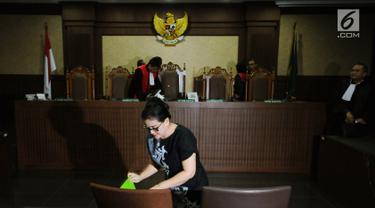 Terdakwa kasus pemberian keterangan palsu di sidang e-KTP, Miryam S Haryani usai menjalani sidang putusan di Pengadilan Tipikor Jakarta, Senin (13/11). Miryam divonis lima tahun penjara dan denda Rp 200 juta. (Liputan6.com/Helmi Fithriansyah)