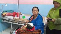 Bayi berusia 40 hari menjadi korban kera liar yang menyelinap masuk ke dalam sebuah rumah di Kelurahan Kedung Asem, Kecamatan Wonoasih, Kota Probolinggo, Jawa Timur. (Liputan6.com/ Dian Kurniawan)