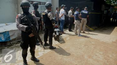 Tim Densus 88 berjaga didepan rumah yang diduga markas teroris di jalan Haji Sengkong, Maruga, Ciputat, Kota tangerang Selatan, Banten, Kamis (28/1/2016). Penggeledahan tersebut diduga terkait aksi Bom Thamrin. (Liputan6.com/Faisal R Syam)