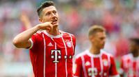 Striker Bayern Munchen, Roberto Lewandowski melakukan selebrasi usai mencetak gol ke gawang Werder Bremen, pada laga lanjutan Bundesliga 2017-2018, di Stadion Weser, Sabtu (26/8/2017) malam WIB.  (AFP/Patrik Stollarz)