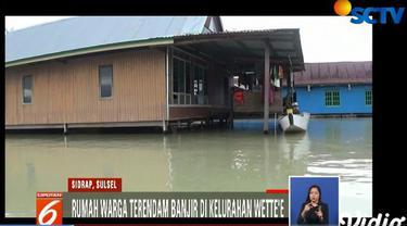 Banjir di wilayah ini akibat adanya pendangkalan Danau Tempe sehingga air meluap ke permukiman warga saat hujan deras melanda.