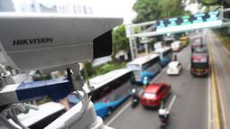 CCTV terpasang di dekat alat electronic road pricing (ERP) di Jalan Medan Merdeka Barat, Jakarta, Senin (13/11). Pemprov DKI Jakarta akan melakukan uji coba coba sistem jalan berbayar atau ERP secara. (Liputan6.com/Angga Yuniar)