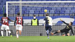 Gelandang AC Milan, Franck Kessie (kiri), mencetak gol pertama AC Milan ke gawang Sampdoria dalam laga lanjutan Liga Italia 2020/21 pekan ke-10 di Luigi Ferraris Stadium, Minggu (6/12/2020). AC Milan menang 2-1 atas Sampdoria. (LaPresse via AP/Tano Pecoraro)