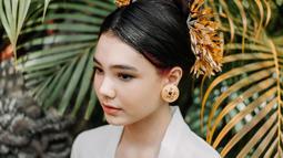 Lahir dan besar di Bali, Lea pun nampak sangat anggun saat mengenakan kebaya. Berbalut kebaya berwarna putih dan kain endek berwarna coklat, Lea terlihat menawan. (Liputan6.com/IG/@ciarachelfx)