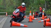 Honda ADV 150 mampu bergerak lincah melewati barisan cone. (ist)