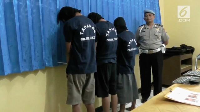 Sebuah rumah kontrakan yang menjadi persembunyian pelaku pencurian sepeda motor di Cikupa, Tangerang, Banten digerebek polisi. dua senjata api rakitan dan delapan unit sepeda motor disita.