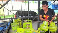 Seorang pekerja tampak sedang mengangkut tabung gas elpiji, Jakarta, Sabtu (28/2/2015). Kelangkaan gas 3 kg  di beberapa daerah  terjadi nyaris bersamaan dengan kenaikan harga beras. (Liputan6.com/Yoppi Renato)