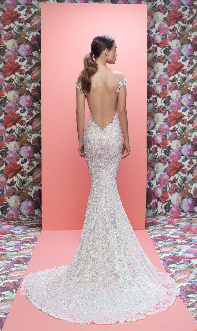 Banyak desainer yang perkirakan Maghan akan pakai dress backless. Credit: via brides.com