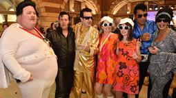 Sejumlah penggemar Elvis mengenakan kostum berfoto bersama sebelum naik kereta ke The Parkes Elvis Festival, di Sydney (11/1). The Parkes Elvis Festival adalah acara tahunan untuk mengenang kehidupan Elvis Presley di kota Parkes. (AFP Photo/Peter Parks)