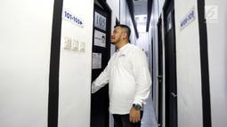 CEO Kamar Keluarga Charles Kwok melihat salah satu kamar di unit Kamar Keluarga di Duri Kosambi, Cengkareng, Jakarta, Kamis (19/9/2019). Kamar Keluarga adalah startup properti yang mengubah aset non produktif, menjadi aset produktif dengan pasif income. (Liputan6.com/HO/Ading)