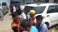 Korban AJ saat dievakuasi usai tertimpa beton pembangunan masjid di Polrestabes Palembang (Liputan6.com / Nefri Inge)