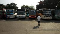 Suasana di Terminal Kalideres, Jakarta Barat. (ANTARA FOTO/Rivan Awal Lingga)
