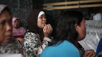 Seorang warga memanjatkan doa saat menggelar aksi unjuk rasa didepan kantor Ombudsman RI, Jakarta, (20/5/2016). Mereka menuntut usut Bupati Kabupaten Tangerang diduga melakukan pelanggaran maladministrasi. (Liputan6.com/Faizal Fanani