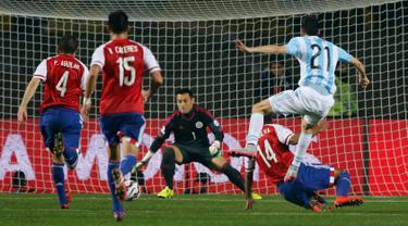 Duel panas terjadi antara Argentina melawan Paraguay pada pertandingan semifinal Copa Amerika 2015 di Concepcion, Chili, (1/7/2015). Argentina melangkah ke final usai mengalahkan Paraguay 6-1. (Reuters/Andres Stapff)
