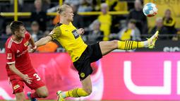 Dua golnya itu membuat Haaland kini bertengger di puncak top skor sementara Liga Jerman 2021/2022 dengan torehan 7 gol. Ia berbagi tempat dengan Robert Lewandowski yang juga memiliki jumlah gol yang sama. (AP/Martin Meissner)