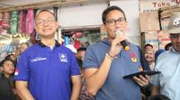 Sandiaga dan Eddy Soeparno di Pasar Anyar. ©2018 Merdeka.com
