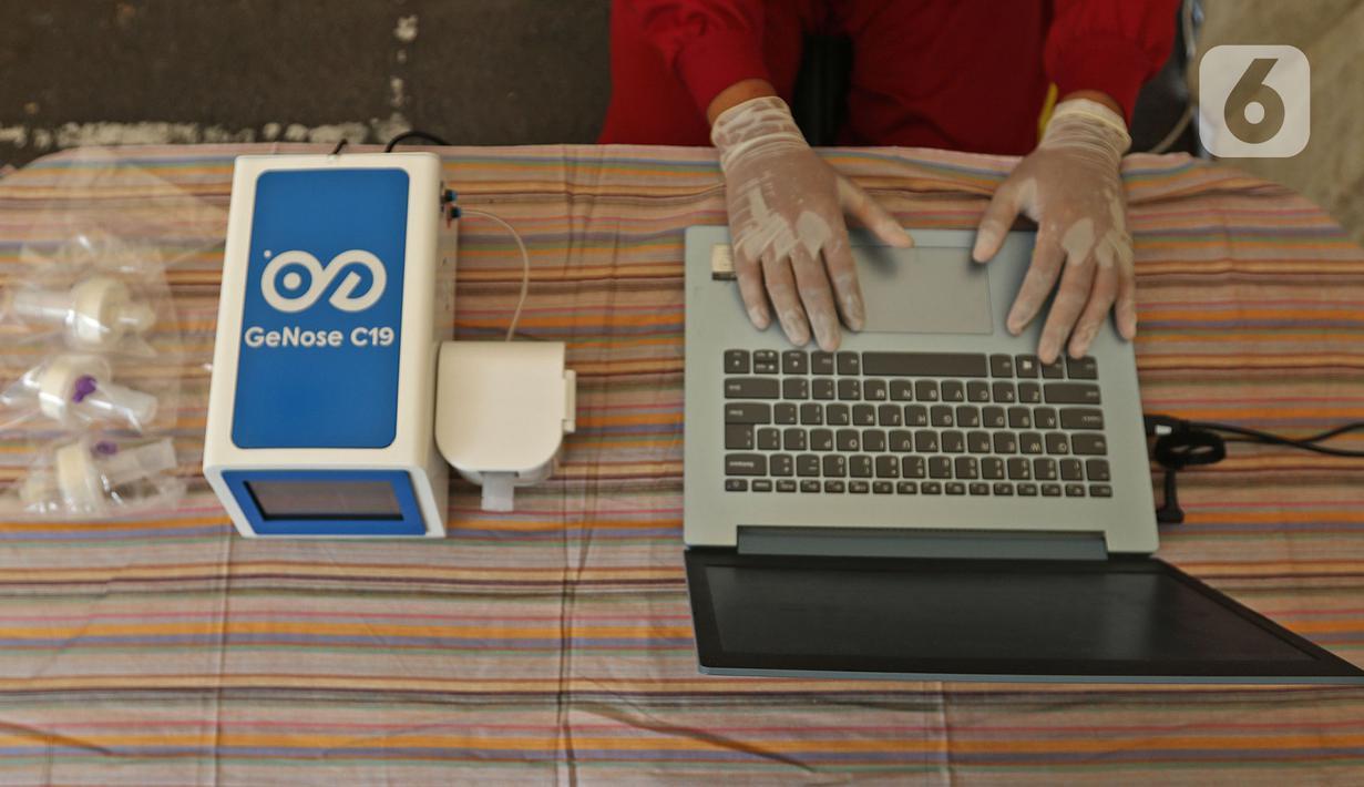 Petugas medis berjaga saat saat peluncuran Layanan GeNose C-19 di Kantor Dompet Dhuafa, Jakarta, Selasa (9/3/2021). Dompet Dhuafa meluncurkan layanan pemeriksaan tes Covid-19 dengan menggunakan metode GeNose C-19. (Liputan6.com/Herman Zakharia)