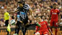 Penyerang Newcastle,  Ayoze Perez (kiri) berusaha melewati pemain liverpool Lucas Leiva saat Laga Liga Premier Inggris di Anfield Stadium, Inggris, Senin (13/5/2015). Liverpool menang 2-0 atas Newcastle United. (Reuters/Andrew Yates)