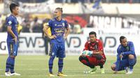 Para pemain Persib tampak sedih usai gagal meraih kemenangan saat melawan Bali United pada laga Liga 1 Indonesia di Stadion Si Jalak Harupat, Bandung, Kamis (21/9/2017). Persib bermain imbang 0-0 dengan Bali United. (Bola.com/M Iqbal Ichsan)